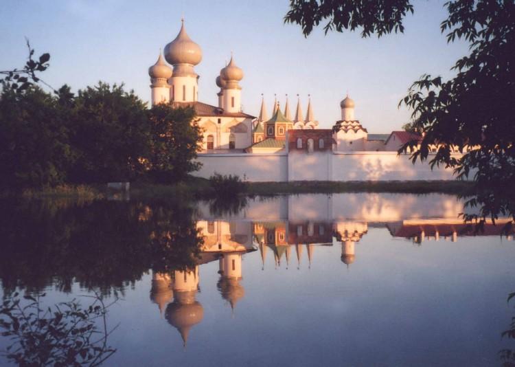 Вид монастыря от реки Тихвины