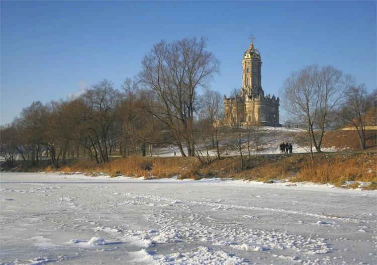 Вид на церковь с реки