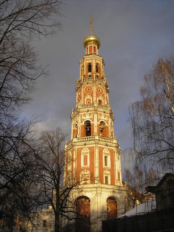Новодевичий монастырь. Колокольня с церквями Иоанна Богослова и Варлаама и Иоасафа, Москва