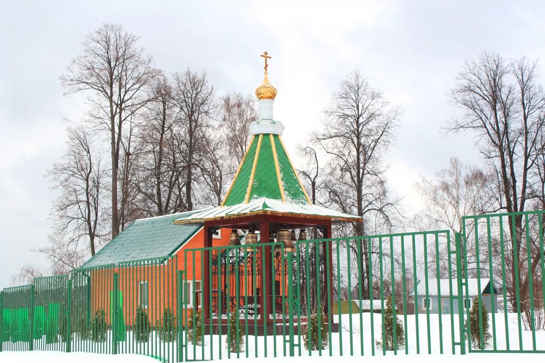 Московская область, Сергиево-Посадский городской округ, Шарапово. Церковь Михаила Архангела, фотография. общий вид в ландшафте, Звонница, вид с юго-востока