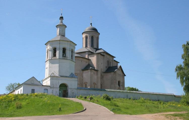 Смоленская область, Смоленск, город, Смоленск. Церковь Михаила Архангела (Свирская) на Пристани, фотография. общий вид в ландшафте,