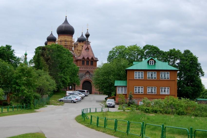 Эстония, Ида-Вирумаа, Куремяэ. Успенский Пюхтицкий женский монастырь, фотография. общий вид в ландшафте