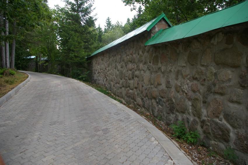 Эстония, Ида-Вирумаа, Куремяэ. Успенский Пюхтицкий женский монастырь, фотография. общий вид в ландшафте, Внутренняя стена монастыря.
