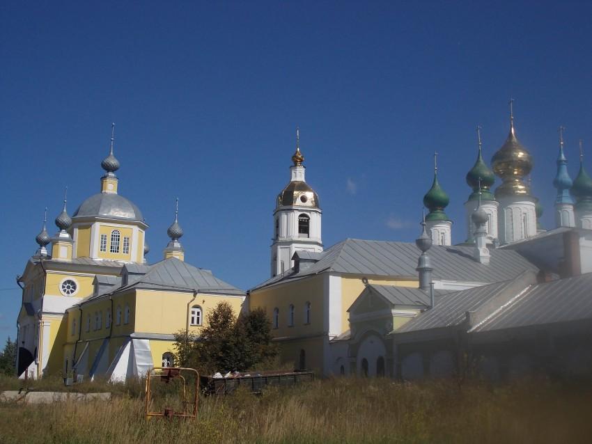 Ивановская область, Шуйский район, Введеньё. Николо-Шартомский мужской монастырь, фотография. общий вид в ландшафте