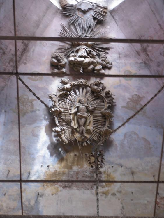 Вологодская область, Тотемский район, Тотьма. Церковь Входа Господня в Иерусалим, фотография. интерьер и убранство, Остатки резного иконостаса, сохранившиеся высоко под куполом