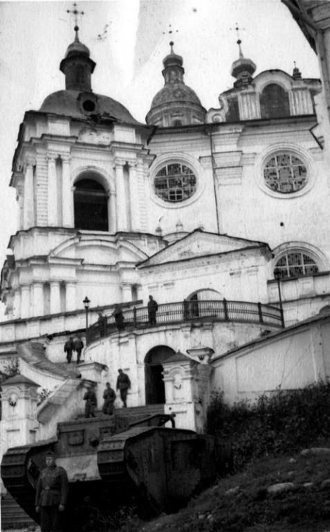 Смоленская область, Смоленск, город, Смоленск. Кафедральный собор Успения Пресвятой Богородицы, фотография. архивная фотография, Два танка Рикардо  были установлены перед собором, как перед музеем атеизма в 30-х годах, вывезены в  Германию во время оккупации.
