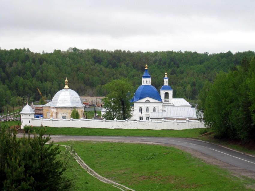 Тюменская область, Тобольский район и г. Тобольск, Прииртышский. Иоанно-Введенский Междугорский монастырь, фотография. общий вид в ландшафте, Монастырь расположен в ложбине, на данном снимке вид с западного склона.