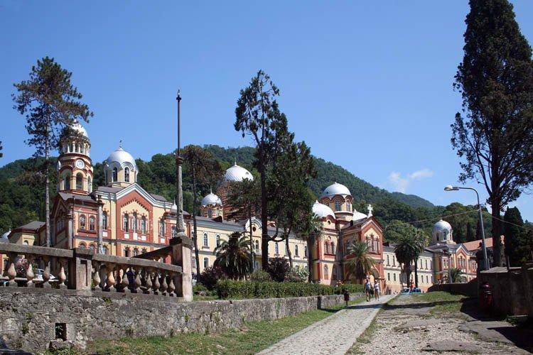 Прочие страны, Абхазия, Новый Афон. Новоафонский монастырь Симона Кананита, фотография. общий вид в ландшафте, Вид на монастырь (южный фасад) от ворот