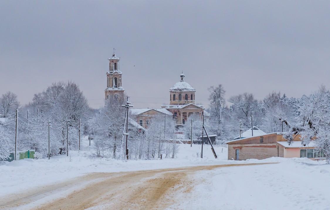 Тверская область, Лихославльский район, Толмачи. Церковь Богоявления Господня, фотография. общий вид в ландшафте, Вид на деревню Толмачи с юга
