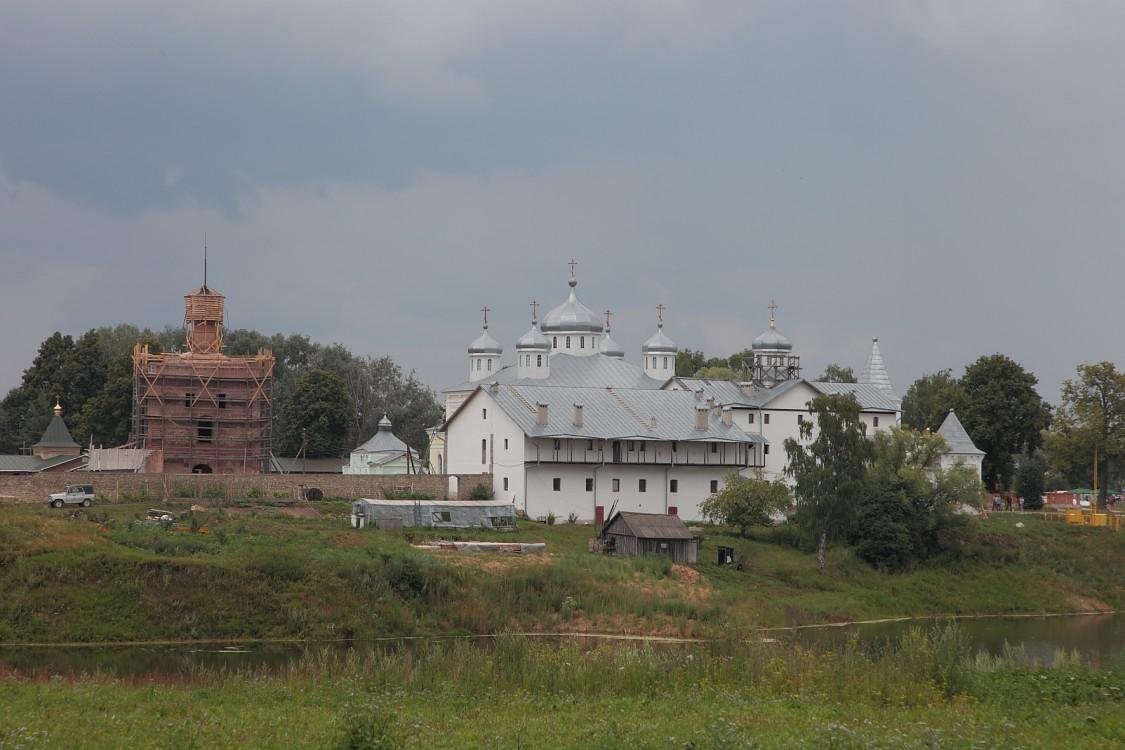 Калужская область, Мещовский район, Искра. Георгиевский монастырь, фотография. общий вид в ландшафте