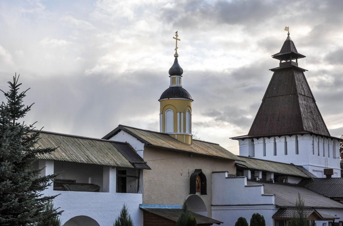 Рождества Пресвятой Богородицы Пафнутиев Боровский мужской монастырь. Проломные (Водяные) ворота с неизвестной надвратной часовней, Роща