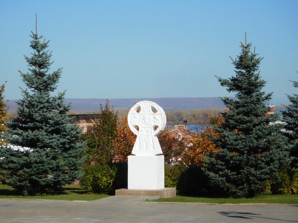 Самарская область, Самара, город, Самара. Иверский женский монастырь, фотография. , Поклонный крест у колокольни монастыря