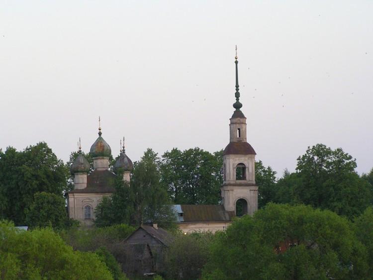 Тверская область, Калязинский район, Калязин. Церковь Богоявления Господня, фотография. общий вид в ландшафте, Вид из-за ручья.