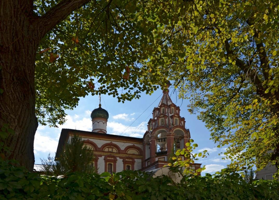 Церковь Трех Святителей на Кулишках, Москва