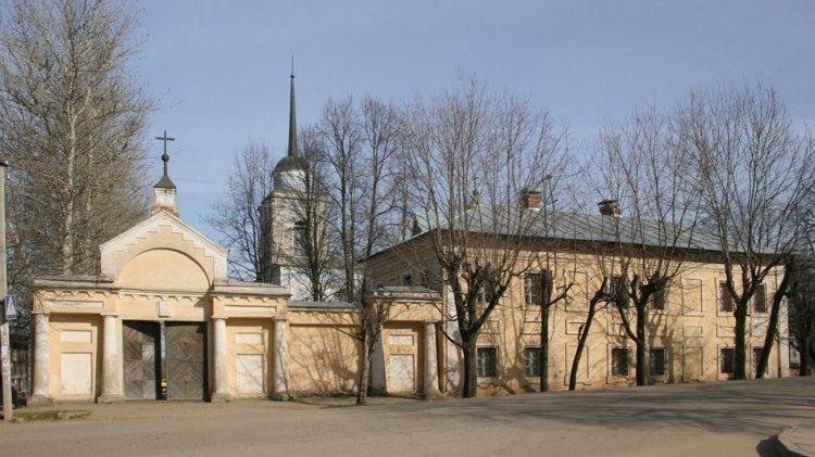 Смоленская область, Вяземский район, Вязьма. Аркадиевский монастырь, фотография. общий вид в ландшафте, Сохранившиеся постройки, ворота и богадельня вид с юга