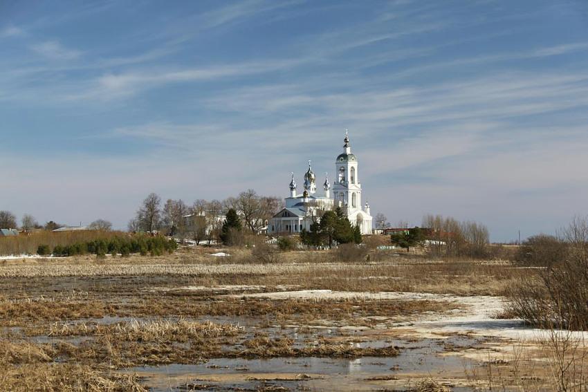 Ивановская область, Ильинский район, Погост-Крест. Монастырь Животворящего Креста Господня, фотография. общий вид в ландшафте, Весна 2010 года.