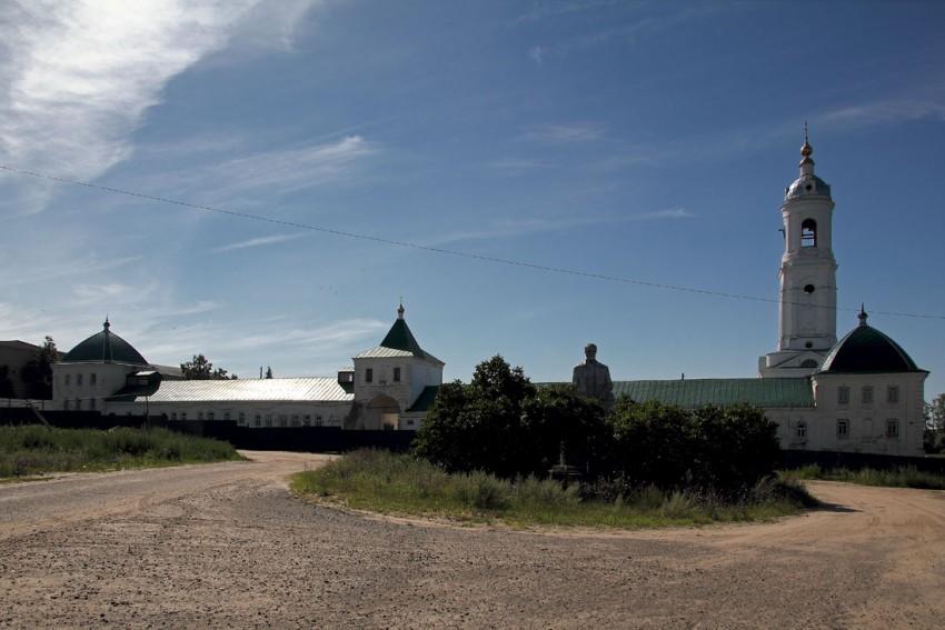 Республика Мордовия, Краснослободский район, Преображенский. Спасо-Преображенский мужской монастырь, фотография. общий вид в ландшафте