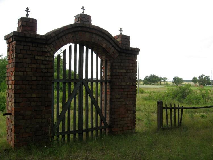 Латвия, Даугавпилсский край, г. Даугавпилс, Вилькели. Неизвестная старообрядческая моленная, фотография. общий вид в ландшафте, Ворота и вид на окружающий ландшафт