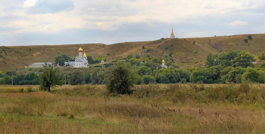 Белгородская область, Чернянский район, Холки. Троицкий Холковский монастырь, фотография. общий вид в ландшафте