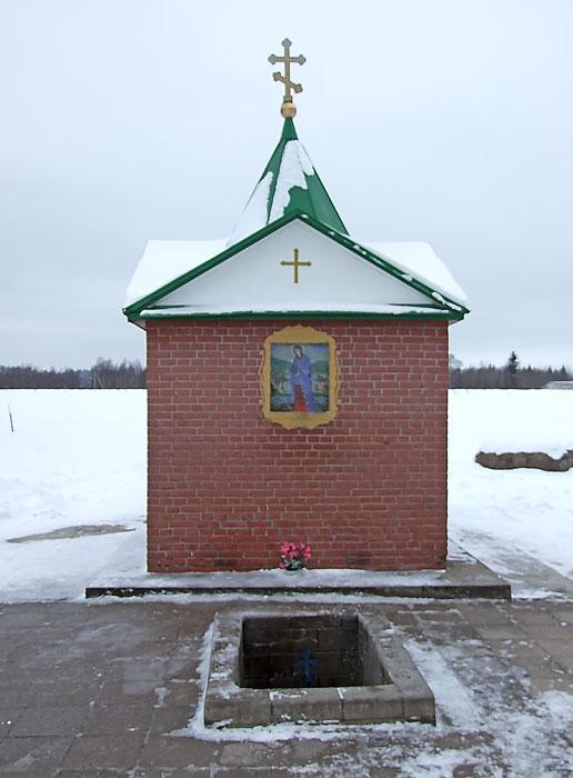 Эстония, Ида-Вирумаа, Куремяэ. Часовня Успения Пресвятой Богородицы над источником, фотография. фасады