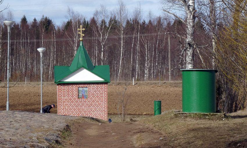 Эстония, Ида-Вирумаа, Куремяэ. Часовня Успения Пресвятой Богородицы над источником, фотография. общий вид в ландшафте