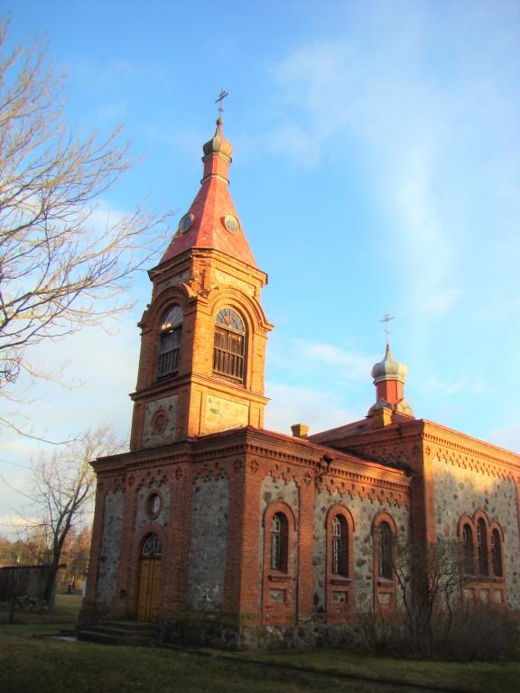 Латвия, Дундагский край, Колка. Церковь Рождества Христова, фотография. , Колокольня над входом и основной объём храма