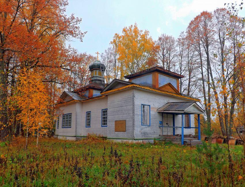 Кировская область, Опаринский район, Шадрино. Церковь Михаила Архангела, фотография. общий вид в ландшафте