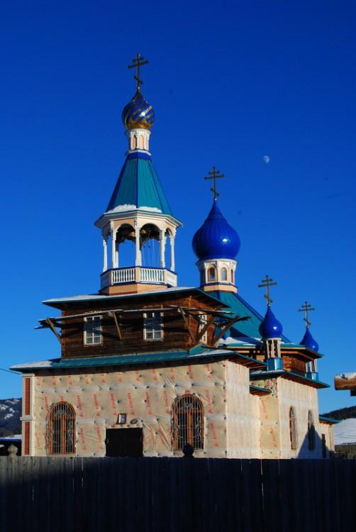 Республика Алтай, Улаганский район, Балыктуюль. Церковь Пантелеимона Целителя, фотография. общий вид в ландшафте, Утепление храма.