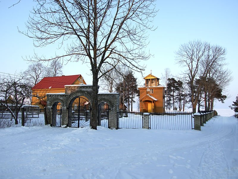 Эстония, Йыгевамаа, Рая (Raja küla). Старообрядческая моленная Николая Чудотворца, фотография. общий вид в ландшафте, Вид сюго-запада с дороги
