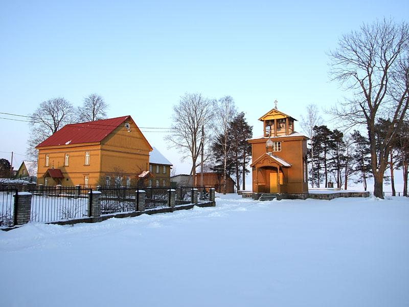 Эстония, Йыгевамаа, Рая (Raja küla). Старообрядческая моленная Николая Чудотворца, фотография. общий вид в ландшафте, Вид сюго-запада
