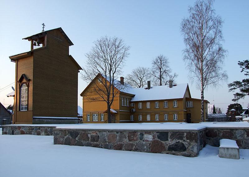 Эстония, Йыгевамаа, Рая (Raja küla). Старообрядческая моленная Николая Чудотворца, фотография. общий вид в ландшафте, Вид сюго-востока