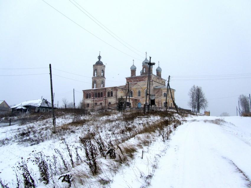 Кировская область, Лузский район, Верхне-Лалье. Церковь Михаила Архангела, фотография. общий вид в ландшафте, вид с юга