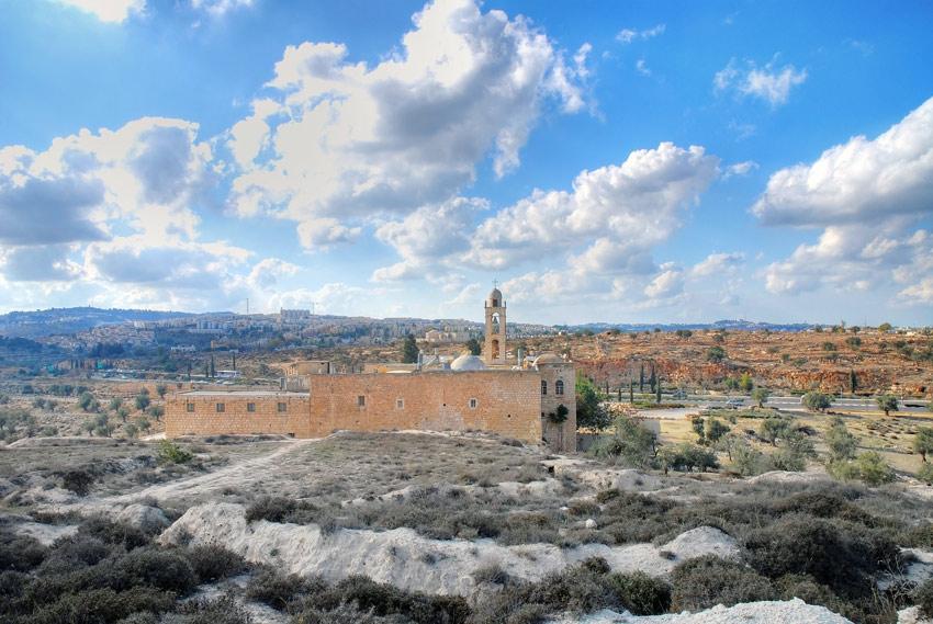 Прочие страны, Израиль, Иерусалим - Новый город. Монастырь Илии Пророка, фотография. общий вид в ландшафте, Общий вид с северо-востока, с холма Илии Пророка.