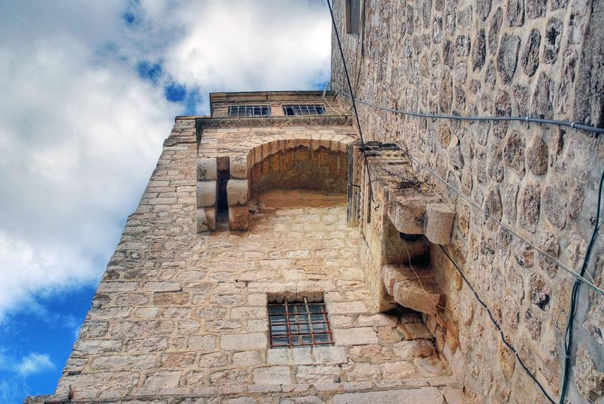 Прочие страны, Израиль, Иерусалим - Новый город. Монастырь Илии Пророка, фотография. архитектурные детали, Система консолей и эркеров на южной стене монастырского комплекса, ближе к юго-западному углу.