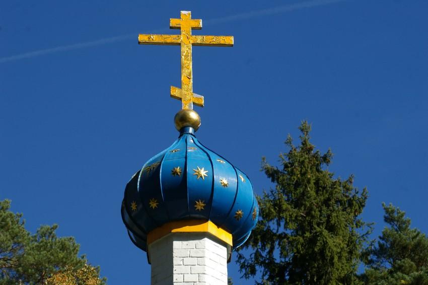 Латвия, Елгавский край, г. Елгава, Валгунде. Спасо-Преображенская пустынь, фотография. архитектурные детали, Крест на куполе над входом в монастырь.
