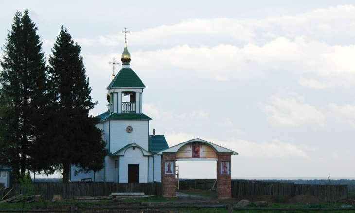 Республика Коми, Прилузский район, Спаспоруб. Церковь Троицы Живоначальной, фотография. общий вид в ландшафте