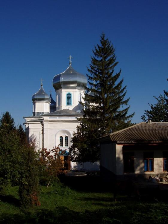 Молдова, Каларашский район, Гырбовец. Гырбовецкий Успенский мужской монастырь, фотография. общий вид в ландшафте