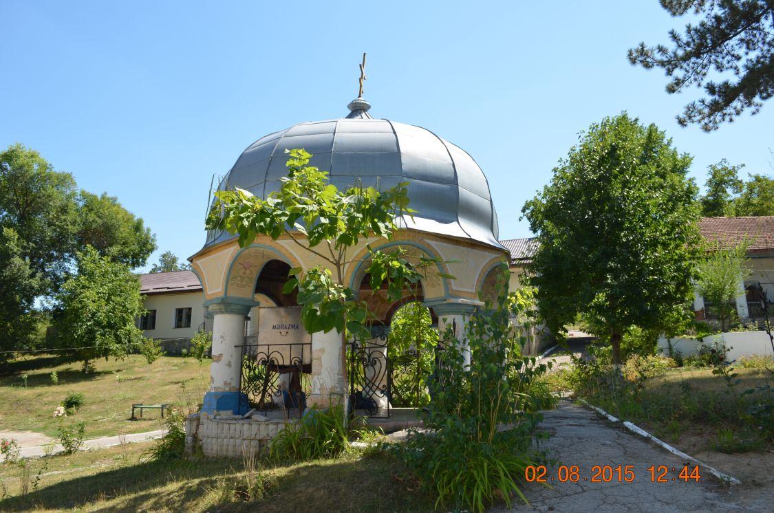 Молдова, Кишинёв, Кондрица. Никольский мужской монастырь, фотография. фасады, Монастырский колодец