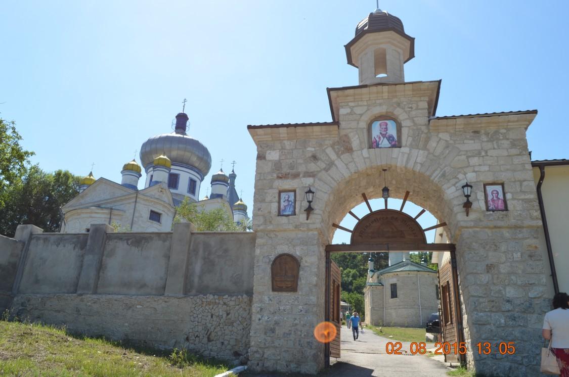 Молдова, Кишинёв, Кондрица. Никольский мужской монастырь, фотография. фасады, Вход в монастырь