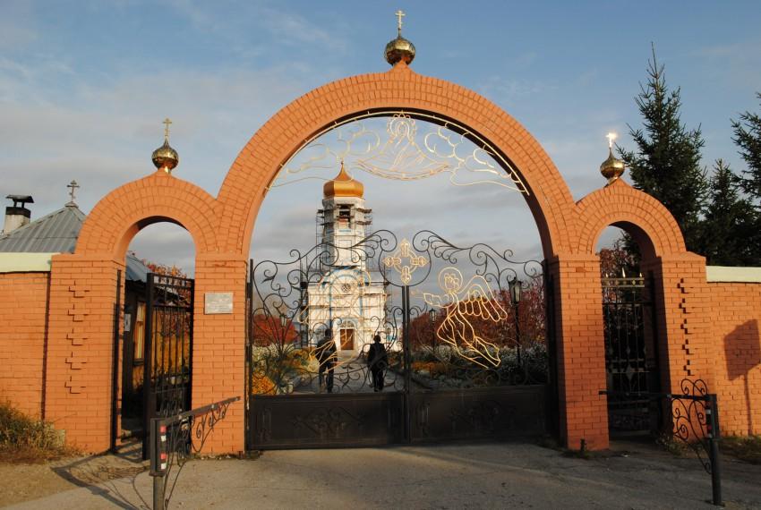 Новосибирская область, Колыванский район, Колывань. Александрово-Покровский женский монастырь, фотография. общий вид в ландшафте, Вход в монастырь.