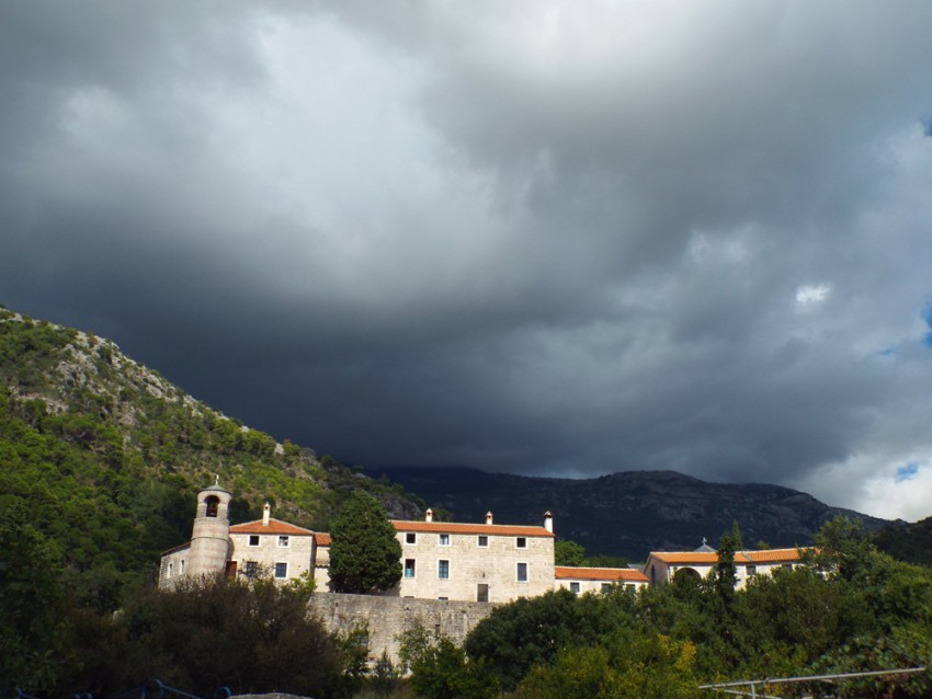 Прочие страны, Черногория, Будва. Успенский Богородицкий монастырь Подмаине, фотография. общий вид в ландшафте