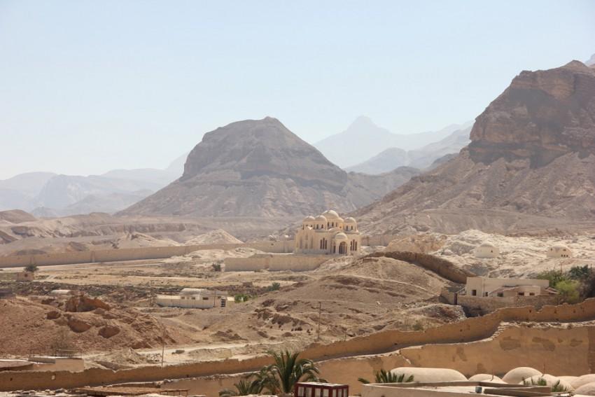 Прочие страны, Египет, Аравийская пустыня. Монастырь Антония Великого, фотография. общий вид в ландшафте, Вид с монастырской стены