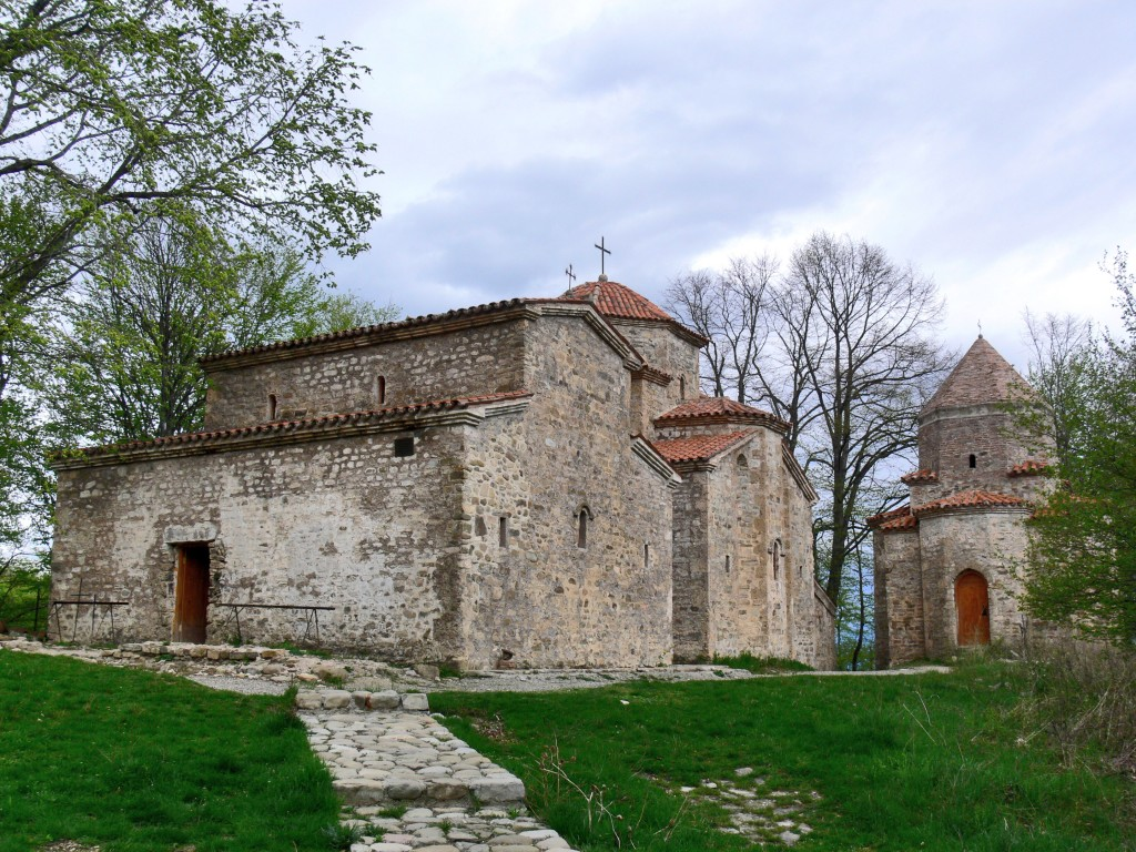 Грузия, Кахетия, Старая Шуамта. Монастырь Дзвели Шуамта, фотография. общий вид в ландшафте
