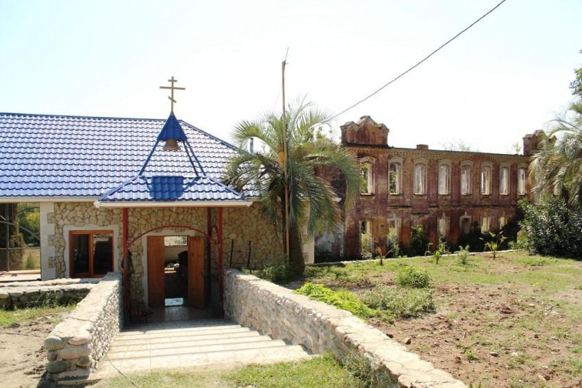Прочие страны, Абхазия, Дранда. Успенско-Драндский монастырь, фотография. фасады, Слева - трапезная, справа - братский корпус
