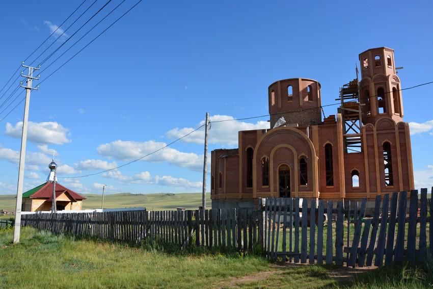 Республика Хакасия, Ширинский район, Жемчужный. Церковь Пантелеимона Целителя (новая), фотография. общий вид в ландшафте