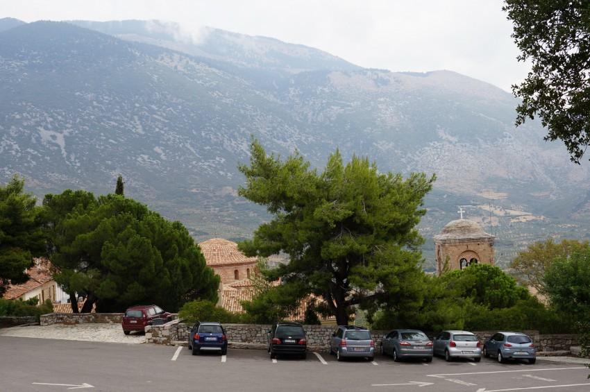Греция, Западная Греция, Осиос Лукас. Монастырь Луки Елладского, фотография. общий вид в ландшафте, Вид на монастырь от входа