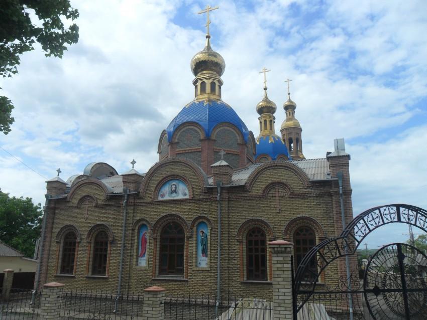 Украина, Луганская область, Лутугинский район, Лутугино. Собор Трех Святителей, фотография. общий вид в ландшафте