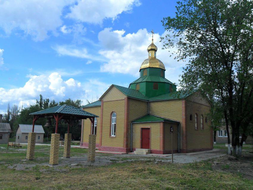 Украина, Луганская область, Лутугинский район, Белореченский. Церковь Константина и Елены, фотография. общий вид в ландшафте