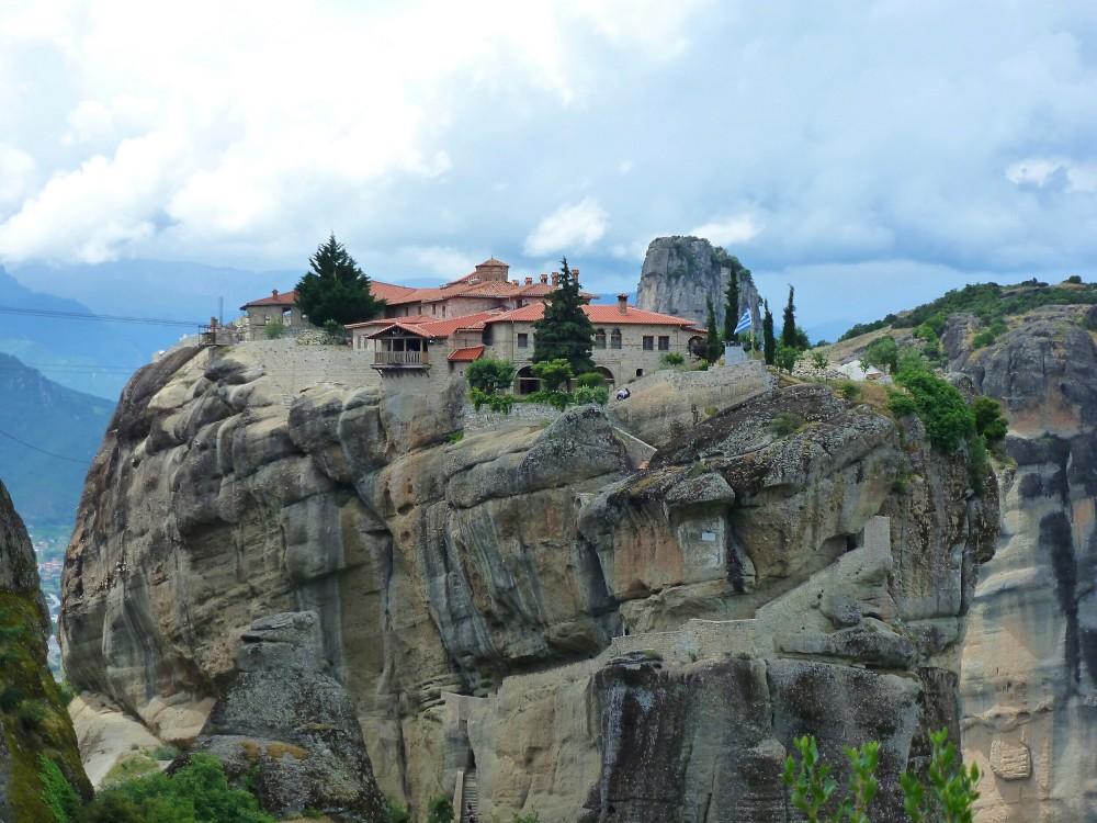 Греция, Фессалия (Θεσσαλία), Метеоры (Μετέωρα). Монастырь Троицы Живоначальной, фотография. общий вид в ландшафте