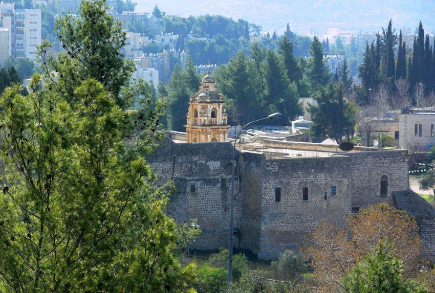Прочие страны, Израиль, Иерусалим - Новый город. Монастырь Святого Креста, фотография. общий вид в ландшафте, Монастырь в панораме долины Святого Креста. Вид с северо-востока